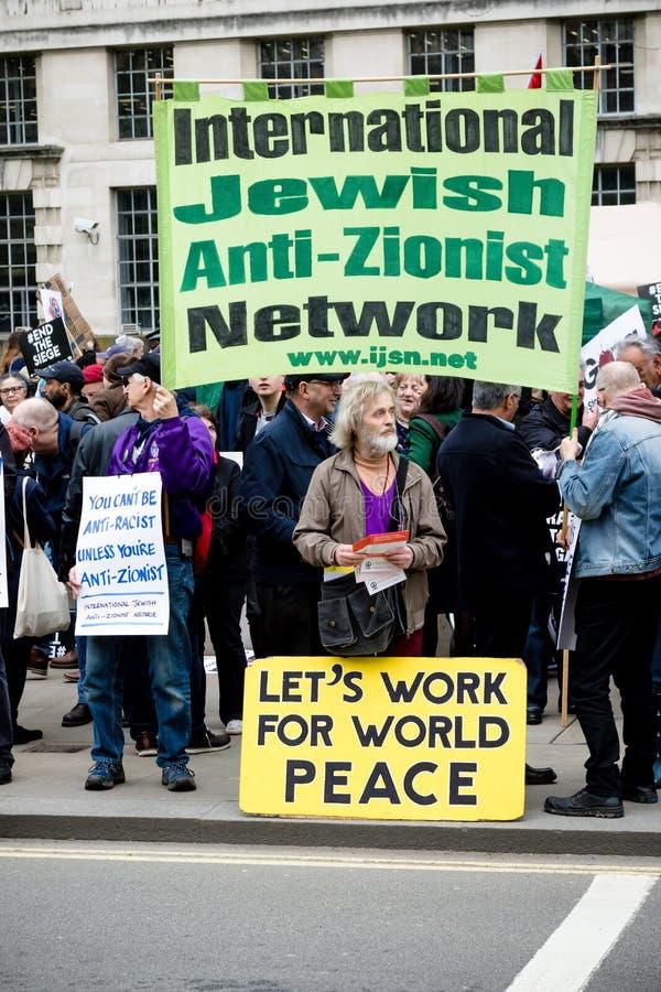Personer som protesterar i centrala London utanför Downing Street royaltyfri foto