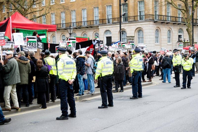 Personer som protesterar i centrala London utanför Downing Street royaltyfri bild