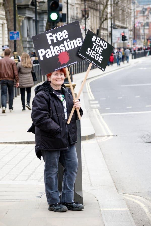Personer som protesterar i centrala London utanför Downing Street arkivbilder