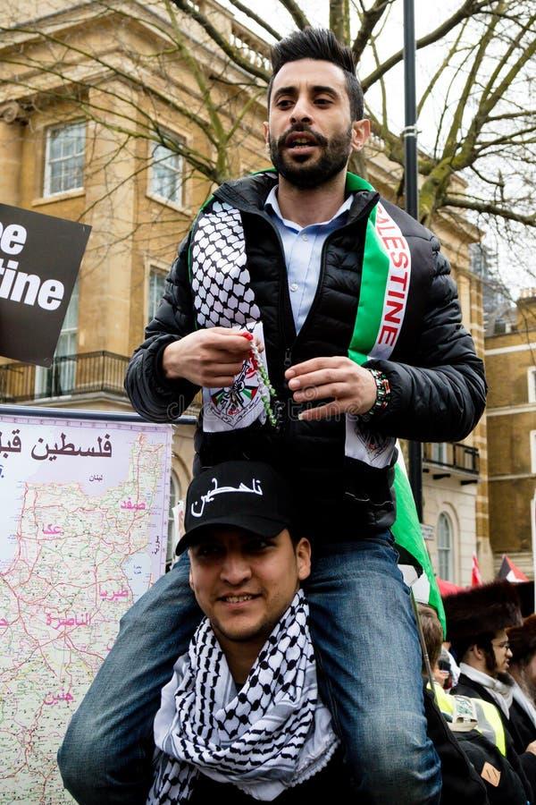 Personer som protesterar i centrala London utanför Downing Street royaltyfria bilder