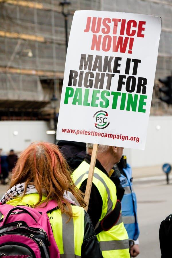 Personer som protesterar i centrala London utanför Downing Street royaltyfri fotografi