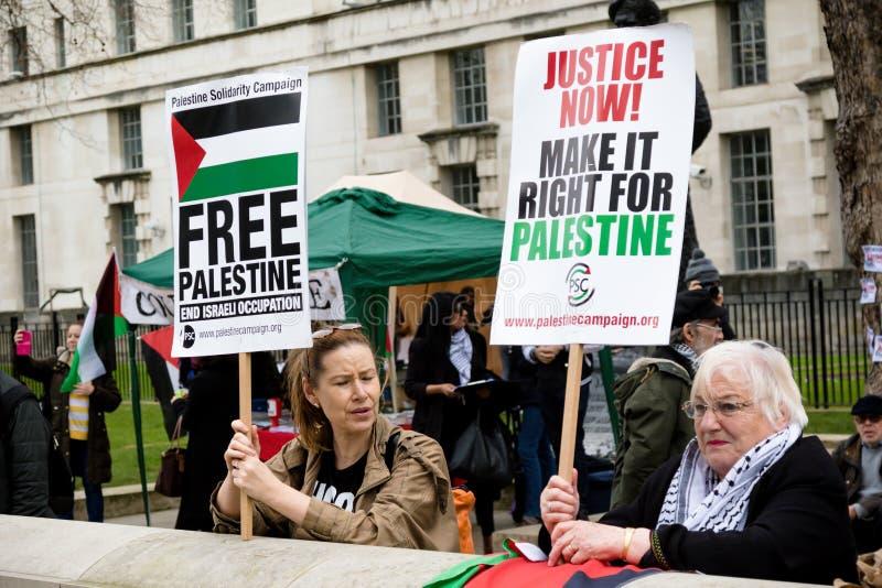 Personer som protesterar i centrala London utanför Downing Street arkivfoton