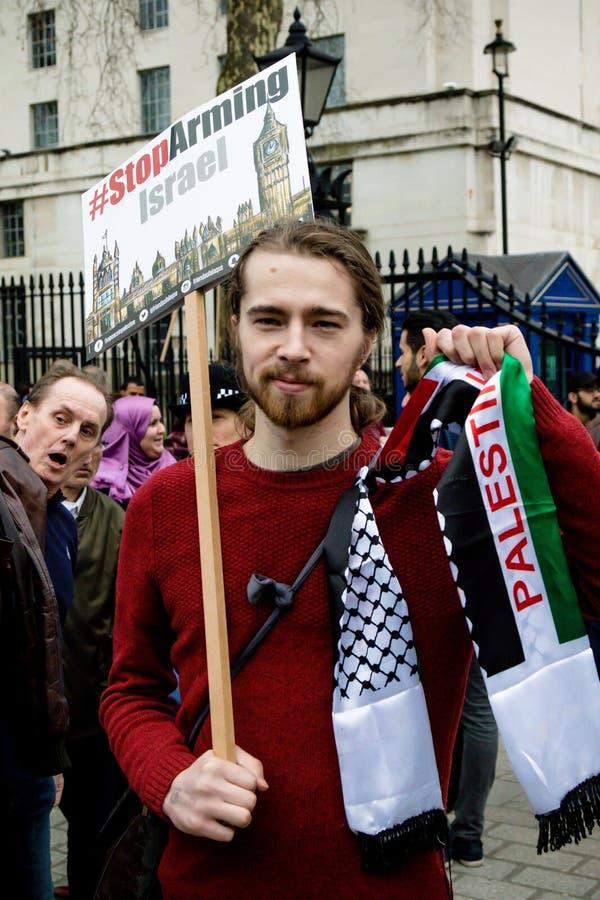 Personer som protesterar i centrala London utanför Downing Street arkivbild