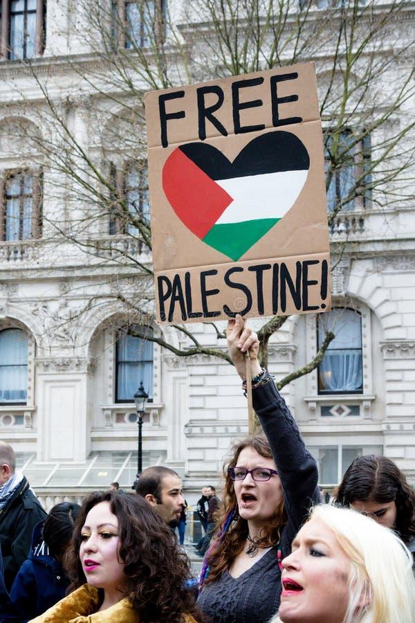 Personer som protesterar i centrala London utanför Downing Street arkivfoto