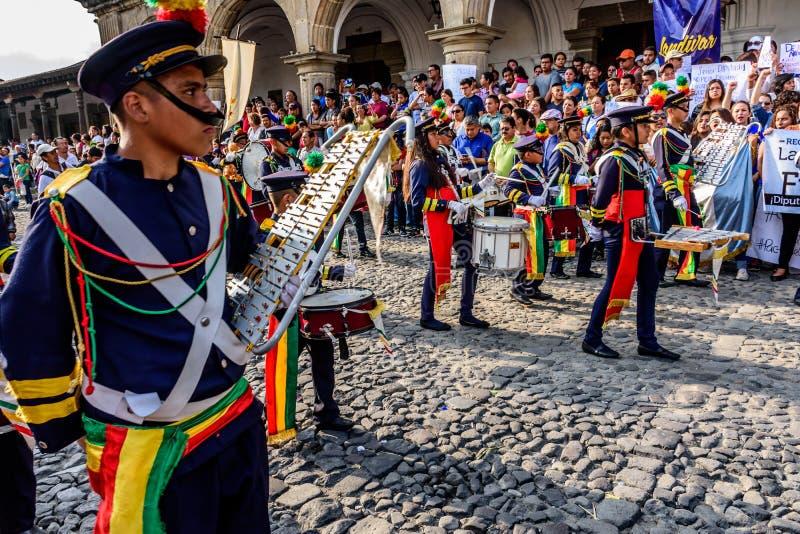 Personer som protesterar & marschmusikband, självständighetsdagen, Guatemala royaltyfri foto