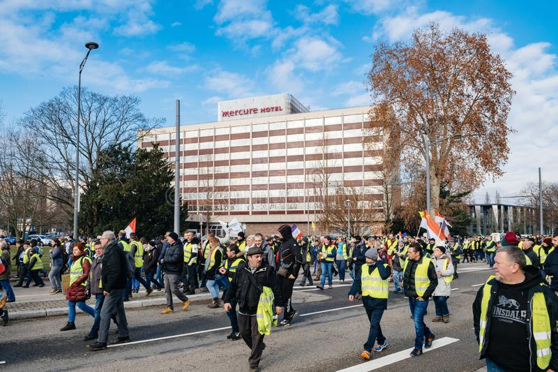 Personer som protesterar med det Mercure Accor hotellet i bakgrund arkivbilder