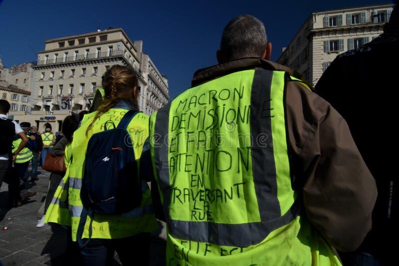 Personer som protesterar med gult tilldelar Frankrike royaltyfria bilder
