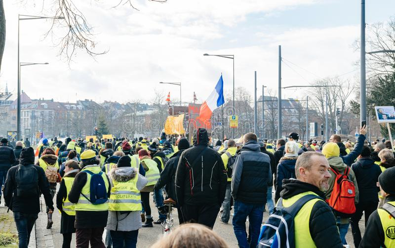 Personer som protesterar med palcardgirigbuken McDuck jämbördiga Emmanuel Macron fotografering för bildbyråer