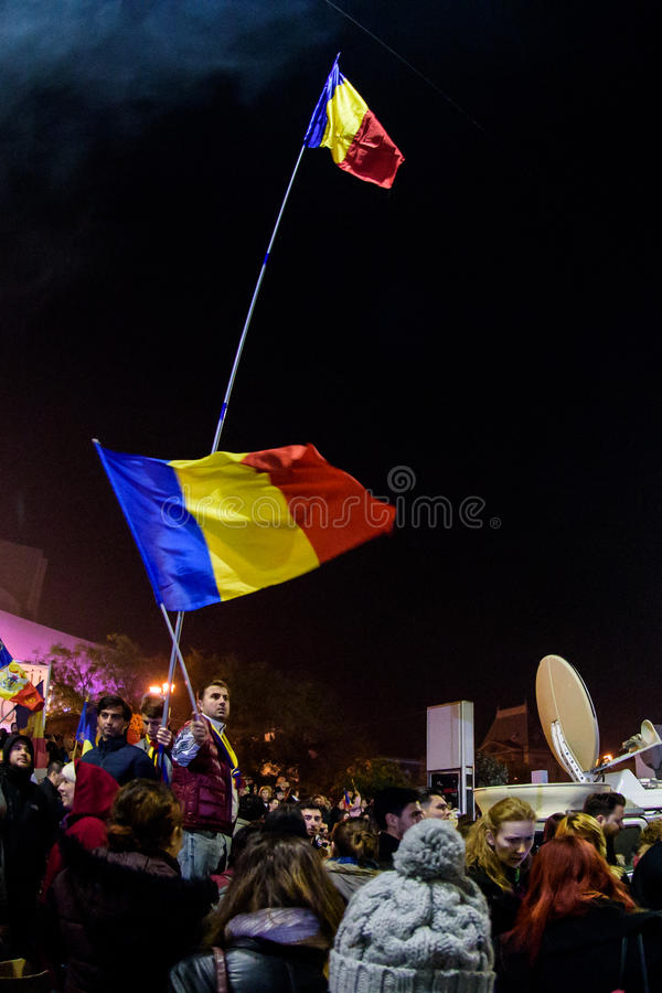 Personer som protesterar med rumänska flaggor royaltyfria bilder