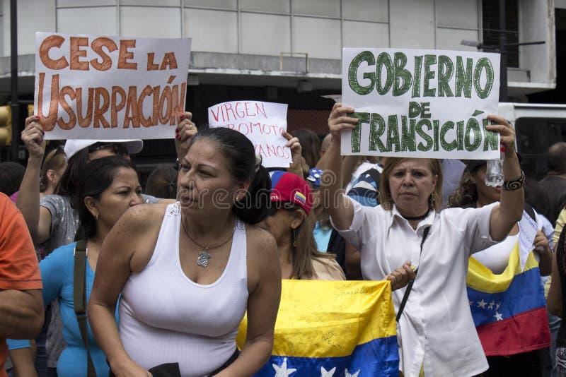 Personer som protesterar mot den Nicolas Maduro diktaturmarschen i service av Guaido royaltyfria foton