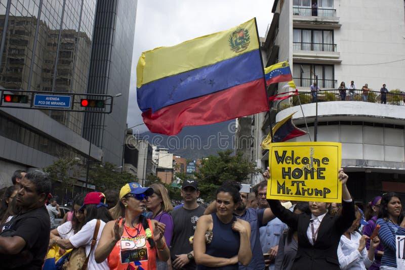 Personer som protesterar mot den Nicolas Maduro diktaturmarschen i service av Guaido arkivbilder