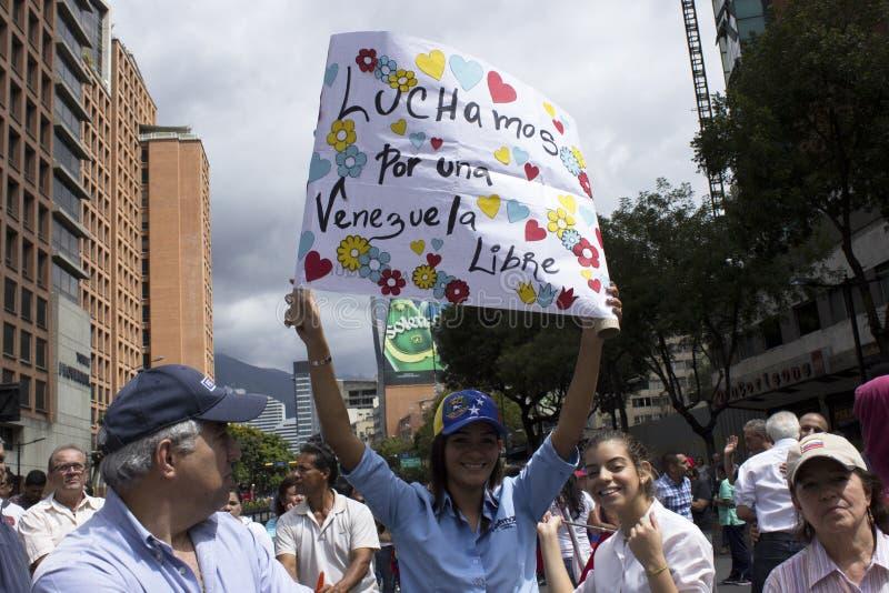 Personer som protesterar mot den Nicolas Maduro diktaturmarschen i service av Guaido royaltyfri bild