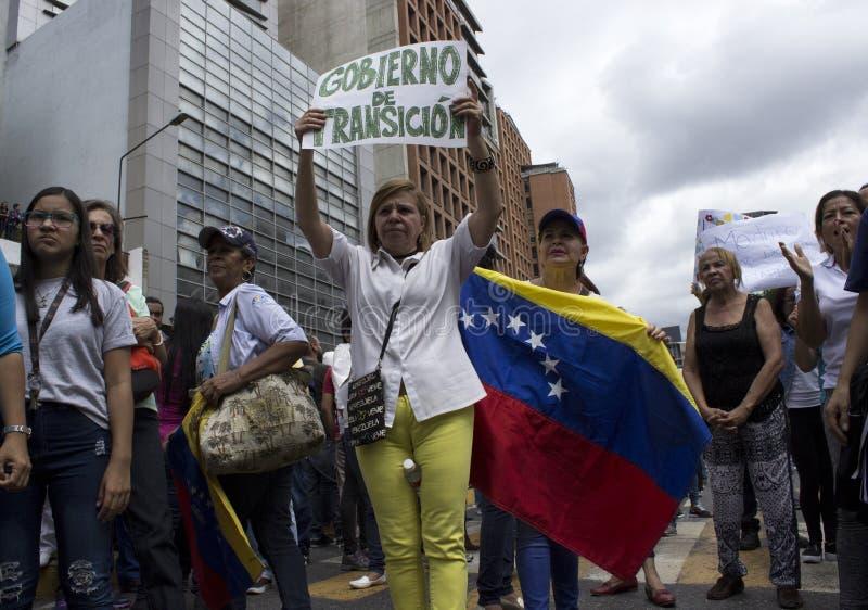 Personer som protesterar mot den Nicolas Maduro diktaturmarschen i service av Guaido royaltyfria bilder