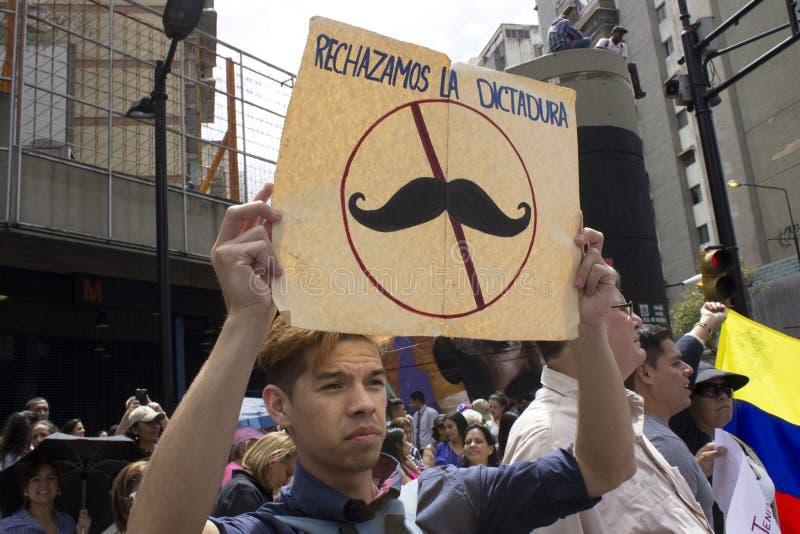 Personer som protesterar mot den Nicolas Maduro diktaturmarschen i service av Guaido royaltyfri fotografi