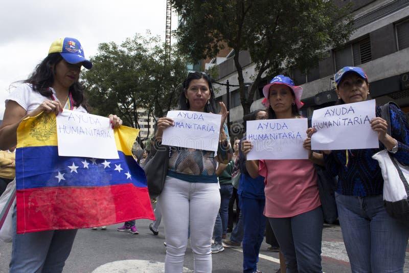 Personer som protesterar mot den Nicolas Maduro diktaturmarschen i service av Guaido arkivfoton