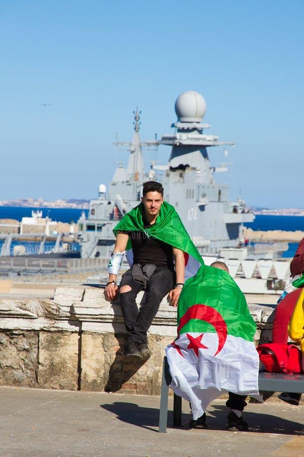 Personer som protesterar nära ett militärt fartyg fotografering för bildbyråer