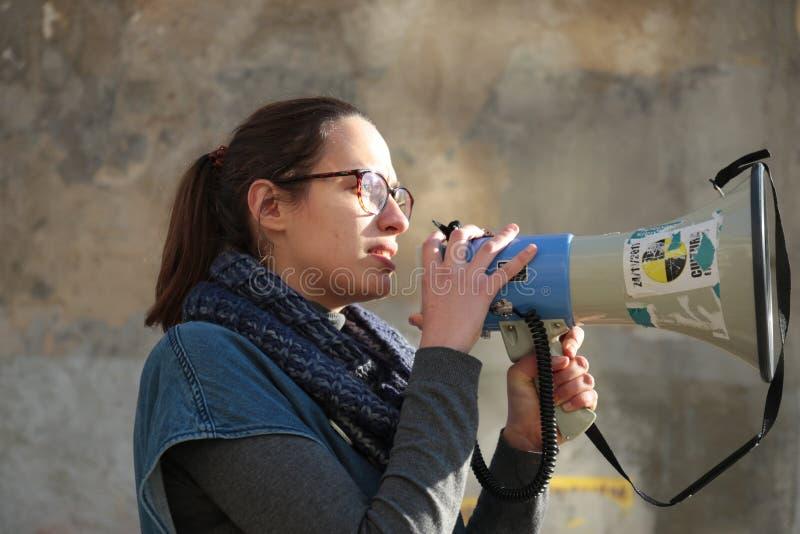 Personer som protesterar på mars för kvinna` s i Portugal fotografering för bildbyråer