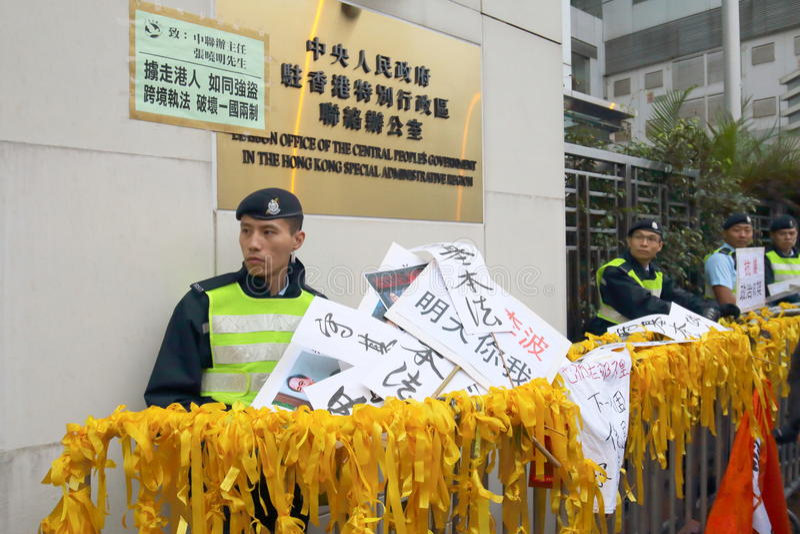 Personer som protesterar samlar för att begära svar för försvinnandeHK-utgivare royaltyfri bild