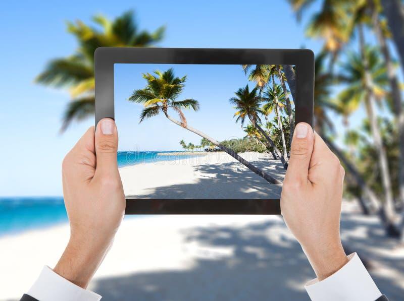 Personhand med den digitala minnestavlan arkivfoto
