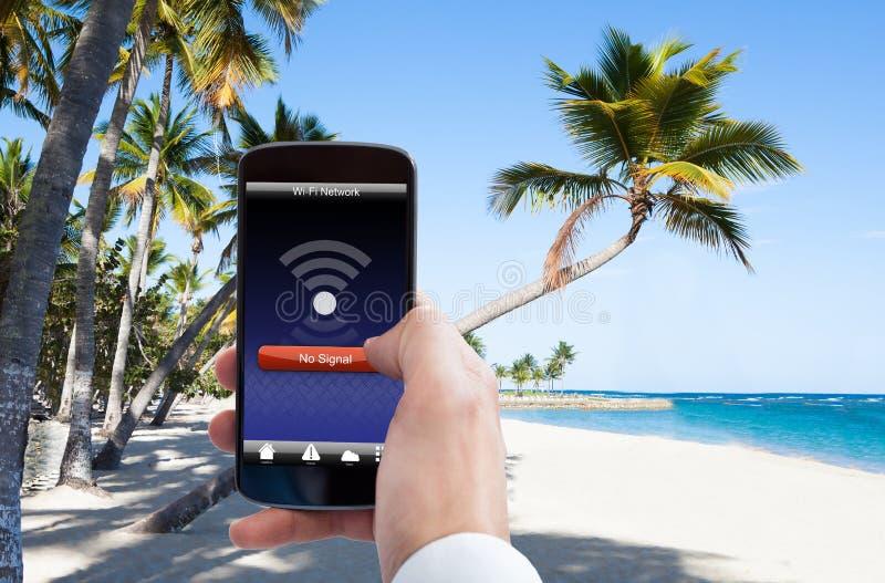 Personhand med ingen wifisignal på mobiltelefonen arkivbilder