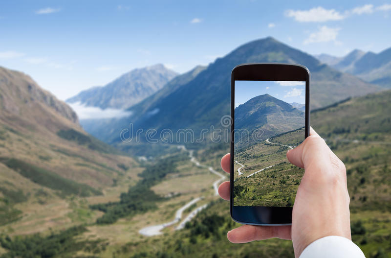 Personhand som fotograferar landskap arkivfoton