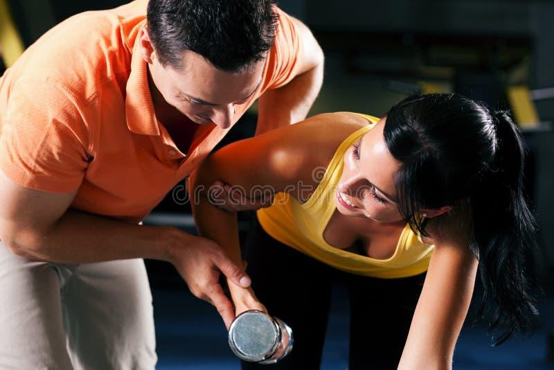 personlig instruktör för idrottshall arkivbilder