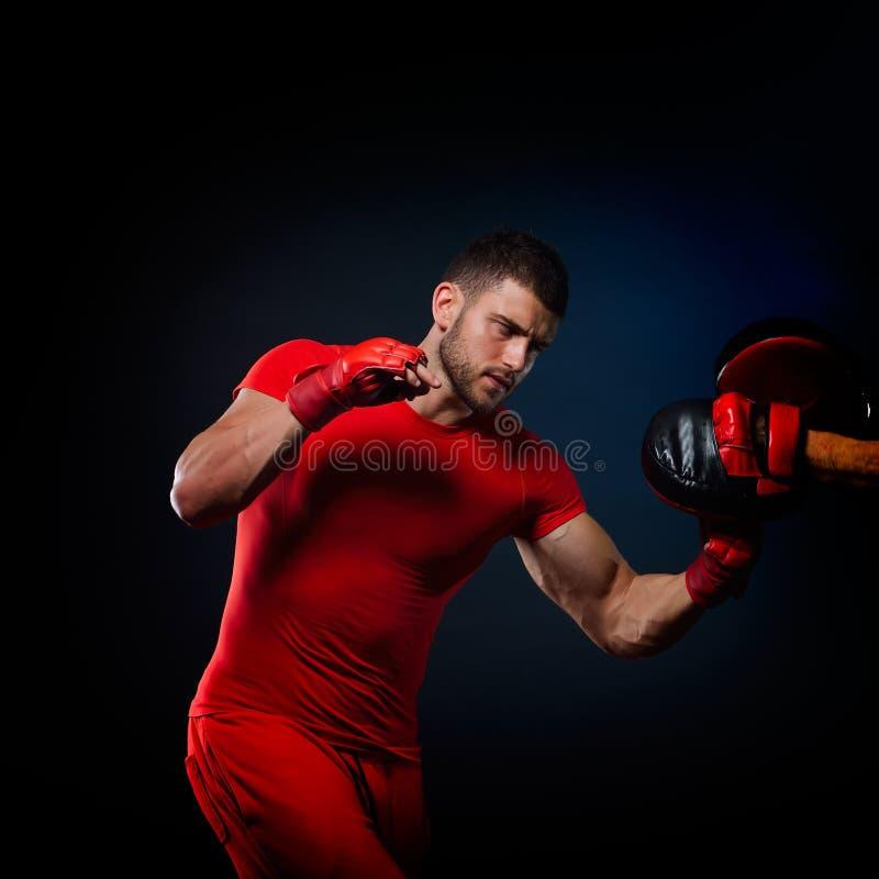Personlig instruktörmanlagledare och man som övar boxning royaltyfri foto