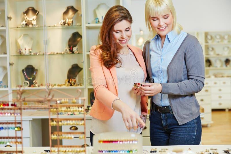 Personlig shoppare som råder kvinnan royaltyfria bilder