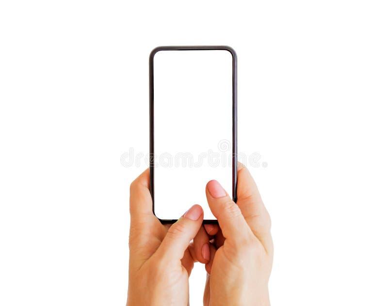 Personmaskinskrivning något på telefonen med den tomma vita skärmen Mobil app-modell royaltyfri fotografi