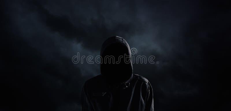 Personne à capuchon fantasmagorique avec le visage obscurci photos libres de droits