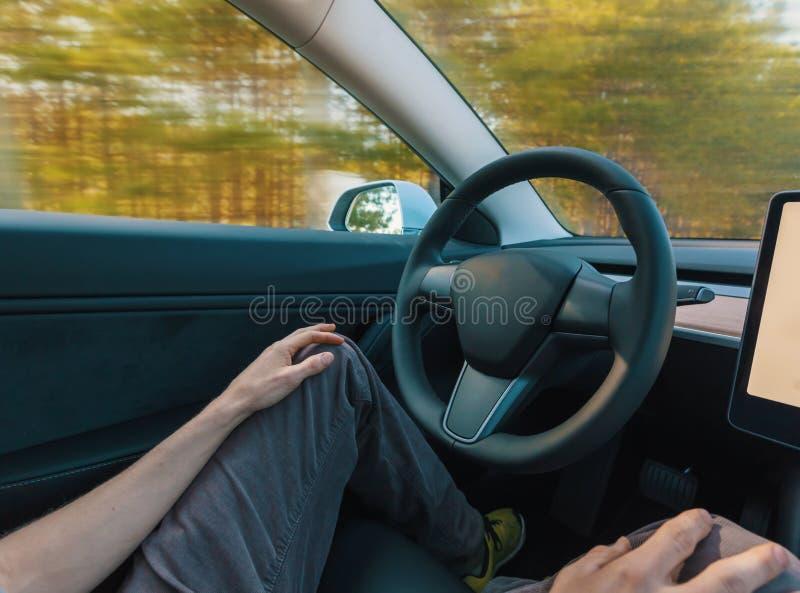 Personne à l'aide d'une voiture dans le mode de pilote automatique photographie stock