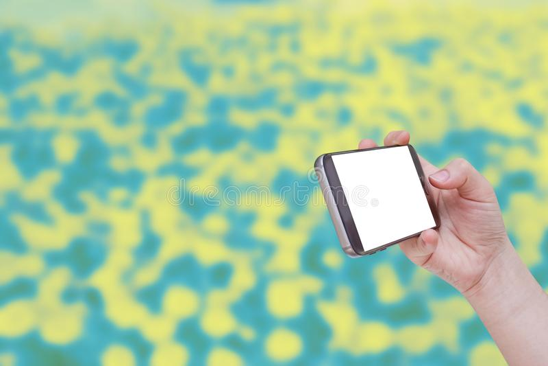 Personne à l'aide du téléphone intelligent mobile avec le fond abstrait images libres de droits