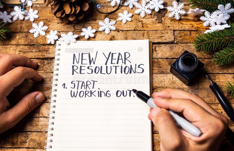 Personne écrivant des résolutions de nouvelle année photographie stock libre de droits
