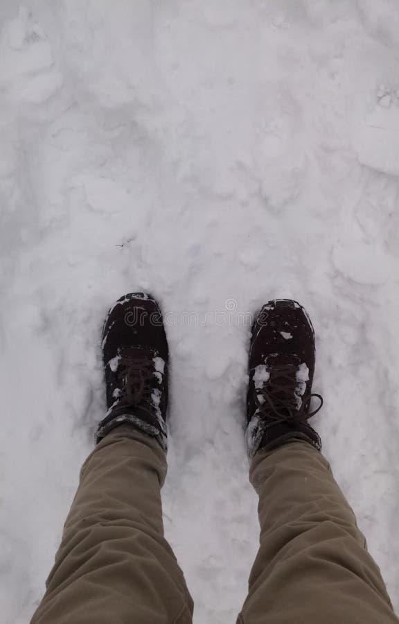 Personne avec le pantalon brun et les bottes en cuir sur la neige photos libres de droits