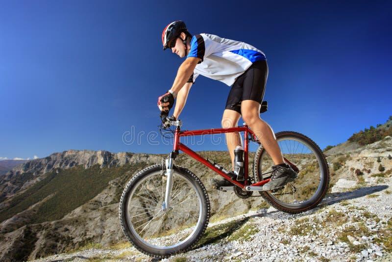 Personne conduisant un vélo image stock