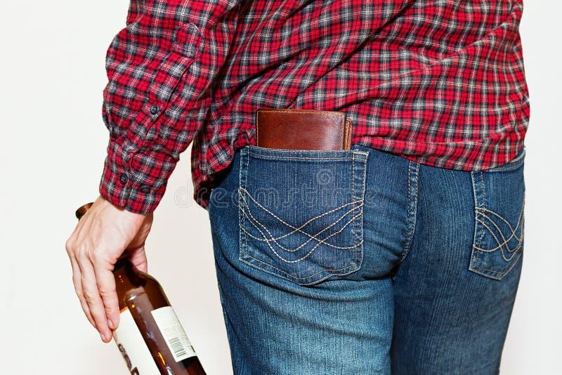 Personne dans la chemise de travail avec de la bière images stock