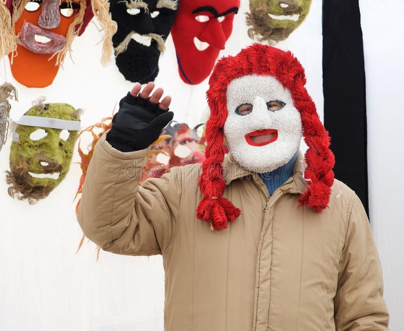 Personne dans le masque traditionnel vendant de diverses marchandises sur le marché aux puces le 7 février 2016 à Vilnius, Lithua photographie stock