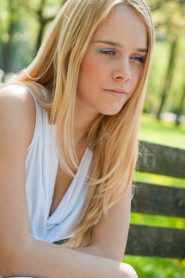Personne de l'adolescence dans la dépression à l'extérieur photos libres de droits