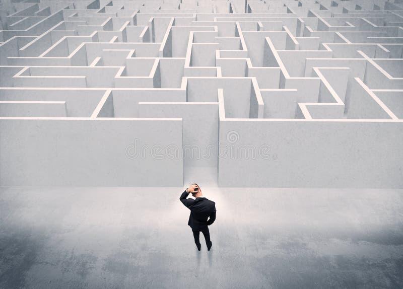 Personne de ventes se tenant à l'entrée de labyrinthe photographie stock