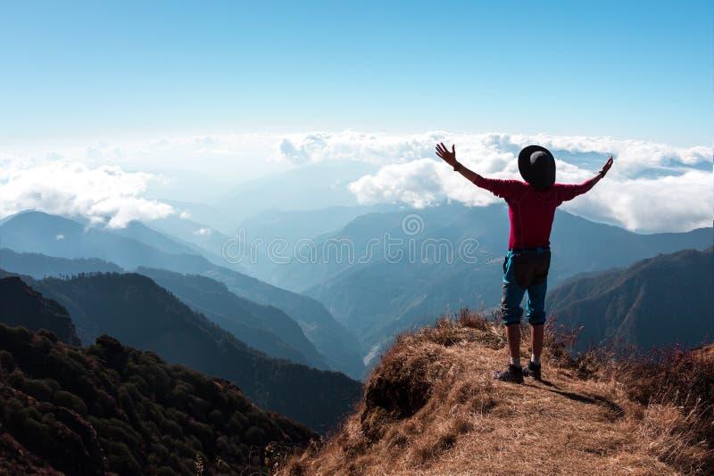 Personne enthousiaste en montagnes embrassant le geste du monde photo stock