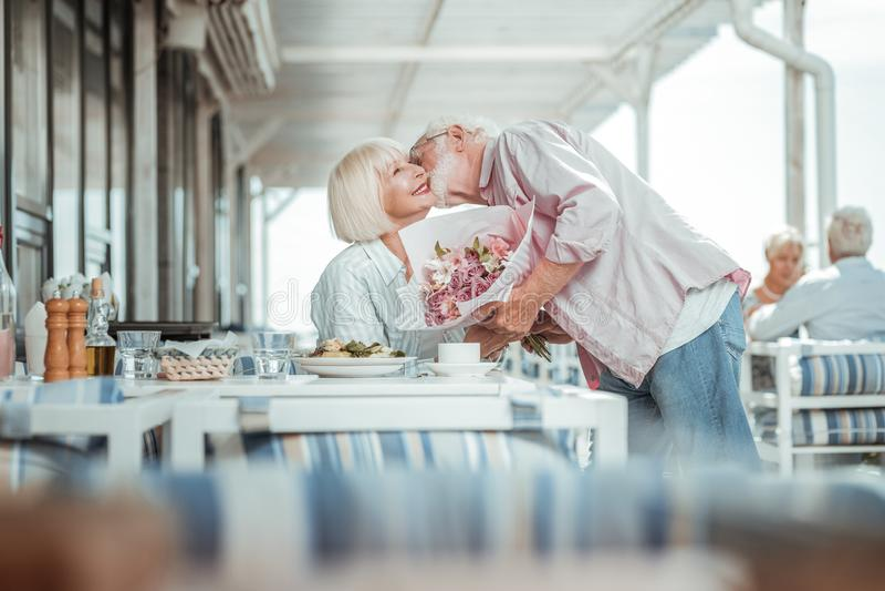 Personne f?minine heureuse ayant la date avec son mari photographie stock