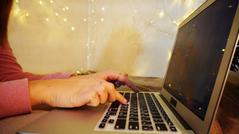 Personne féminine prenant l'ordinateur portable de leçons d'introduction au clavier photographie stock libre de droits