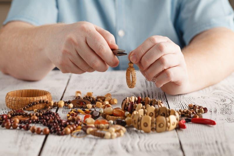 Personne faisant des earings à partir des perles et des aiguilles colorées image stock
