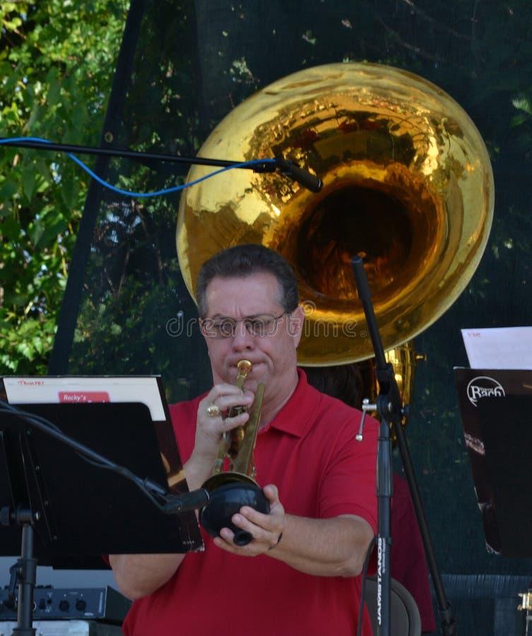 Personne-homme jouant la trompette photo stock