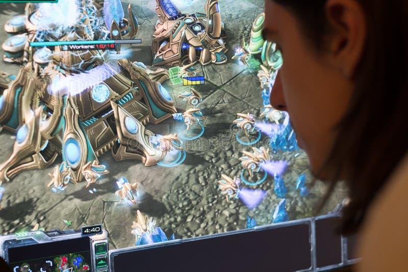 Personne jouant le jeu du PC 2 de Starcraft II à la convention de jeu photos libres de droits