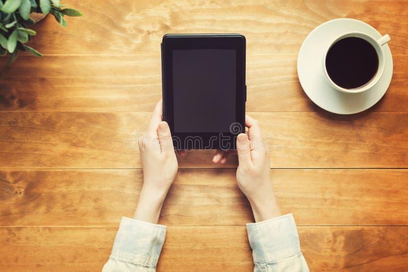Personne lisant un livre avec un e-lecteur image libre de droits