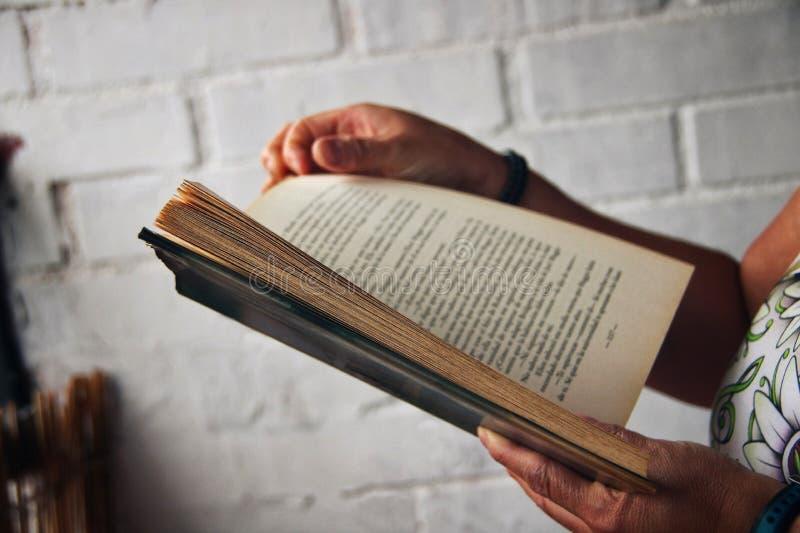 Personne lisant un livre dehors photos libres de droits