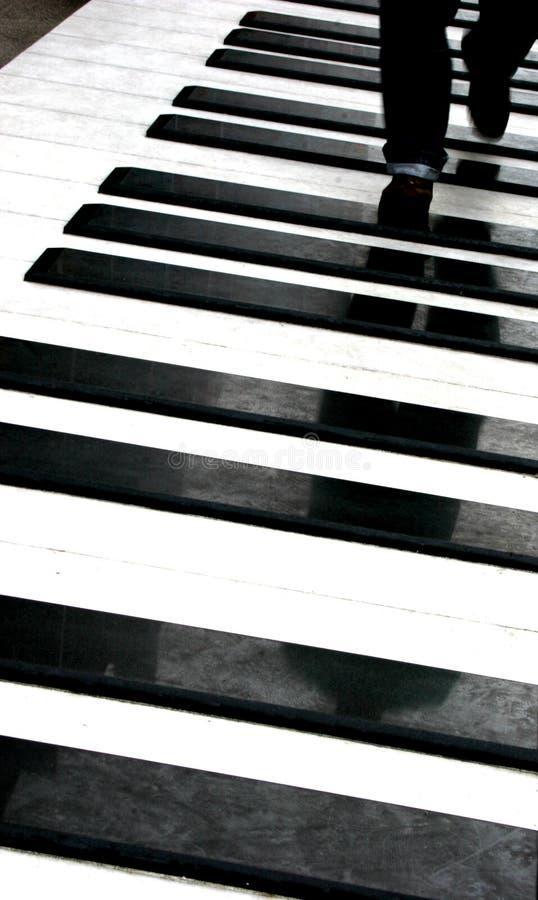 Personne marchant sur le piano image stock