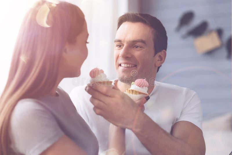 Personne masculine avec plaisir alimentant son amie image libre de droits
