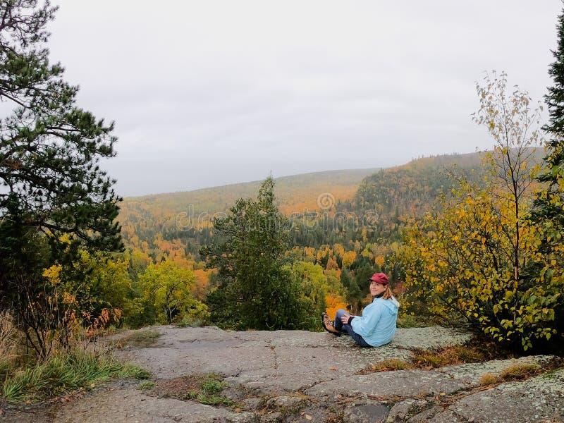 Personne regardant les arbres colorés d'automne à partir du dessus d'Oberg Mounta photographie stock